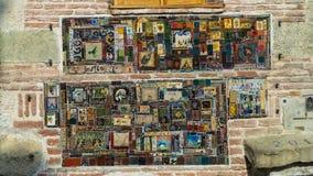Ornamento en la pared del teatro de la marioneta en el corazón de la ciudad vieja Tbilisi, Georgia Imagen de archivo