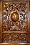 Ornamento en la puerta de un aparador viejo Fotos de archivo libres de regalías