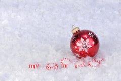 Ornamento en nieve con el caramelo del peperment Fotos de archivo libres de regalías
