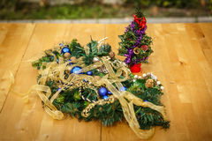 Ornamento especiais do Natal, em uma tabela de madeira Imagem de Stock