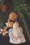 Ornamento feito a mão e galhos do anjo imagem de stock