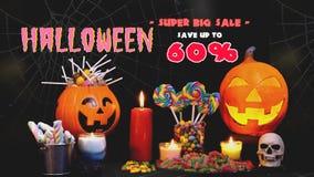 Ornamento feliz de Dia das Bruxas com os doces no fundo preto vídeos de arquivo