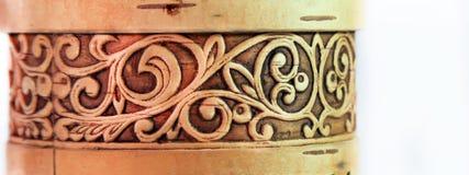 Ornamento floral del volumen grabado en relieve en la caja de la corteza de abedul Fotos de archivo libres de regalías