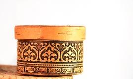 Ornamento floral del volumen grabado en relieve en la caja de la corteza de abedul Foto de archivo libre de regalías