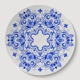 Ornamento floreale rotondo blu Modello applicato al piatto ceramico Immagini Stock