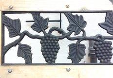 Ornamento forjado de la uva Ornamento de la aleación de la uva Trabajo hecho a mano fotos de archivo libres de regalías