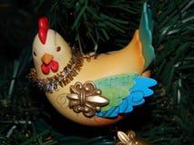 Ornamento francês de três galinhas em uma árvore imagens de stock