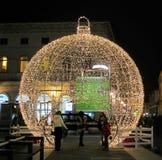 Ornamento gigante de la bola de la Navidad Fotografía de archivo libre de regalías