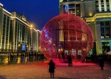Ornamento gigante do Natal em Moscou, Rússia fotografia de stock royalty free