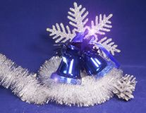 Ornamento hermoso azul del ` s del Año Nuevo - una campana de mano con un arco, una malla brillante, conos de plata y un copo de  Fotos de archivo libres de regalías