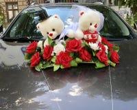 Ornamento lindo de la boda del oso de peluche en un coche Imagenes de archivo