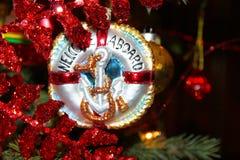 Ornamento náutico de la Navidad con el ancla que dice la recepción a bordo en el árbol de Chistmas Fotografía de archivo