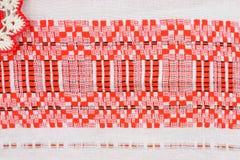 Ornamento nacional bielorruso en una toalla de mano Imagenes de archivo