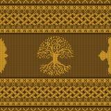 Ornamento nacional céltico inconsútil hecho punto de oro con el árbol y el cuervo del mundo ilustración del vector