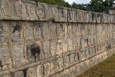 Ornamento nella vista archeologica di Chichen Itza, Messico del cranio Immagini Stock Libere da Diritti