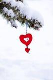 Ornamento nevoso del árbol de navidad del corazón rojo  Imagen de archivo libre de regalías