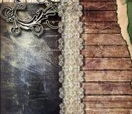 Ornamento no plano do ferro e no fundo de madeira velho   Fotos de Stock