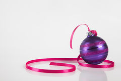 Ornamento púrpura de la Navidad imagen de archivo libre de regalías
