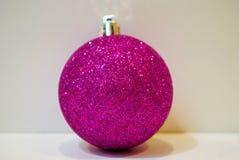 Ornamento púrpura de la Navidad en el fondo blanco Imagen de archivo libre de regalías