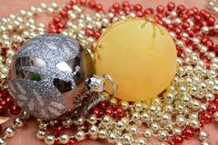 Ornamento, palle ed albero della decorazione di Natale sul modello dell'insegna Fotografia Stock
