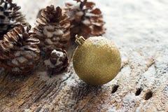 Ornamento Pinecones do Natal do ouro no fundo de madeira Imagens de Stock Royalty Free