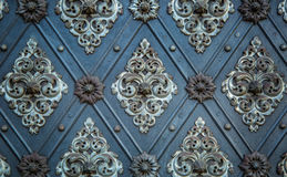 Ornamento repetitivos medievais do teste padrão antigo rústico das portas Imagens de Stock