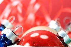 Ornamento rojo de la bola de la Navidad Fotos de archivo