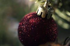 Ornamento rojo de la Navidad con las chispas Imágenes de archivo libres de regalías