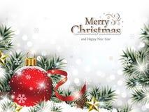 Ornamento rojo de la Navidad en la nieve con las ramas de árbol Foto de archivo libre de regalías