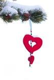 Ornamento rojo del corazón del árbol de navidad Nevado aislado Imagenes de archivo