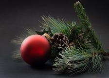 Ornamento rojo y Greenary de la Navidad Foto de archivo libre de regalías