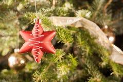 Ornamento rosso della stella sull'albero di Natale Immagine Stock Libera da Diritti