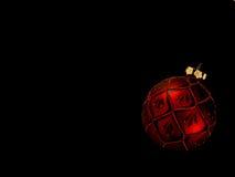 Ornamento rosso di natale sul nero Fotografia Stock Libera da Diritti