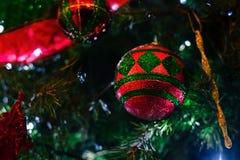 Ornamento rosso e verde sull'albero di Natale Fotografie Stock Libere da Diritti