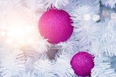 Ornamento roxo do Natal que decora na árvore do White Christmas Imagem de Stock Royalty Free