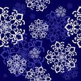 Ornamento sem emenda com flocos de neve decorativos no céu Fotografia de Stock Royalty Free