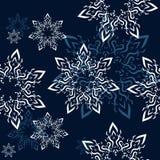 Ornamento sem emenda com flocos de neve decorativos no céu noturno Fotos de Stock Royalty Free