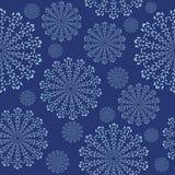 Ornamento sem emenda com flocos de neve no fundo azul Imagens de Stock