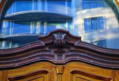 Ornamento sobre uma porta de madeira Fotos de Stock Royalty Free