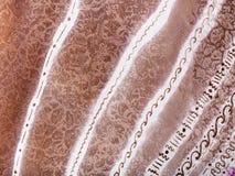 Ornamento a strisce bianco e marrone astratto su batik Immagini Stock Libere da Diritti