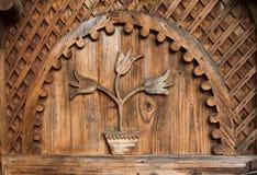 Ornamento tradicional hermoso en la forma de tulipanes de una puerta hecha a mano de la entrada en un hogar rumano Fotos de archivo libres de regalías