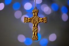 Ornamento trasversale dell'oro su una priorità bassa blu Immagine Stock