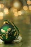Ornamento verde sulla priorità bassa dell'oro Fotografie Stock
