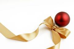 Ornamento vermelho com fita do ouro Fotos de Stock Royalty Free
