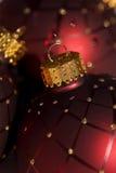 Ornamento vermelho da esfera do Natal Fotografia de Stock
