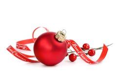 Ornamento vermelho do Natal com fita do Feliz Natal Foto de Stock Royalty Free