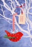 Ornamento vermelho do pássaro que pendura do ramo branco Foto de Stock Royalty Free