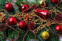 Ornamento vermelhos do Natal com grânulos e ramos dourados do abeto Foto de Stock Royalty Free