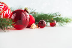 Ornamento vermelhos do xmas no fundo de madeira Cartão do Feliz Natal Imagens de Stock Royalty Free