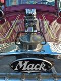 Ornamento viejo del capo motor del coche de bomberos de Mack Foto de archivo
